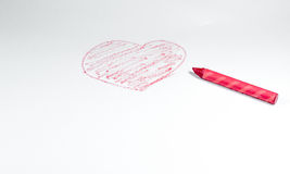 Ένα χέρι που σύρεται από το κόκκινο κραγιόνι, μορφή καρδιών που απομονώνεται στο άσπρο backgrou Στοκ Φωτογραφία