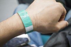 Ένα χέρι που φορά ένα βραχιόλι εισόδων στοκ φωτογραφίες με δικαίωμα ελεύθερης χρήσης