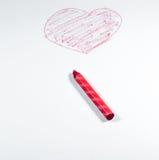 Ένα χέρι σύρει από το κόκκινο κραγιόνι, μορφή καρδιών που απομονώνεται στο άσπρο backgroun Στοκ εικόνα με δικαίωμα ελεύθερης χρήσης