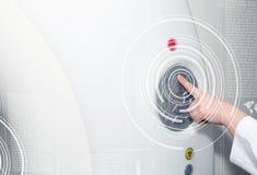 Ένα χέρι του θηλυκού κουμπιού ελέγχου γιατρών ωθώντας στον ανιχνευτή CT Τομογραφία στοκ φωτογραφίες με δικαίωμα ελεύθερης χρήσης