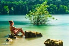 Ένα χαλαρώνοντας κορίτσι σε μια λίμνη στοκ εικόνα με δικαίωμα ελεύθερης χρήσης
