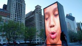 Ένα χαμογελώντας κορίτσι στην πηγή κορωνών στο Millennium Park, Σικάγο απόθεμα βίντεο