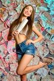 Ένα χαμογελώντας κορίτσι με μια εφημερίδα Στοκ Εικόνες
