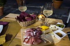 Ένα χαρακτηριστικό ιταλικό απεριτίφ με το παγωμένο άσπρο κρασί, θεραπευμένα κρέατα α Στοκ φωτογραφίες με δικαίωμα ελεύθερης χρήσης