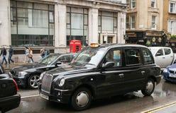 Ένα χαρακτηριστικό μαύρο αμάξι στο Λονδίνο στοκ φωτογραφία