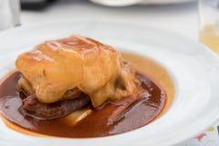 Ένα χαρακτηριστικό πιάτο που αποτελείται από burger κρέατος, λουκάνικα και αζορικό ένα τυρί σε Ponta Delgada στο νησί του Σάο Mig Στοκ φωτογραφία με δικαίωμα ελεύθερης χρήσης