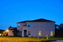 Ένα χαρακτηριστικό σπίτι στη Φλώριδα τη νύχτα Στοκ εικόνες με δικαίωμα ελεύθερης χρήσης