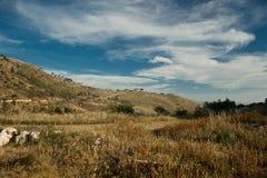 Ένα χαρακτηριστικό τοπίο άνοιξη σε έναν μεσογειακό λόφο Στοκ φωτογραφία με δικαίωμα ελεύθερης χρήσης