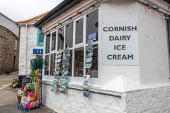 Ένα χαρακτηριστικό του χωριού κατάστημα σε Mousehole, Κορνουάλλη στοκ εικόνες