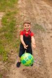 Ένα χαριτωμένο αγόρι σε ένα θερινό πάρκο Στοκ Εικόνα