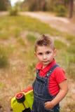 Ένα χαριτωμένο αγόρι σε ένα θερινό πάρκο Στοκ Φωτογραφίες
