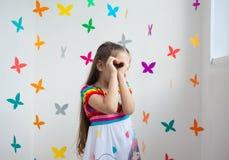 Ένα χαριτωμένο κορίτσι σε έναν χώρο για παιχνίδη Στοκ Εικόνα