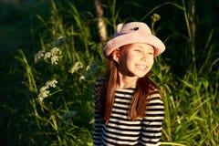 Ένα χαριτωμένο μικρό ευτυχές κορίτσι στο δάσος μια ηλιόλουστη θερινή ημέρα στοκ φωτογραφίες με δικαίωμα ελεύθερης χρήσης
