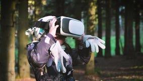 Ένα χαριτωμένο μικρό κορίτσι χρησιμοποιεί ένα κράνος εικονικής πραγματικότητας VR με την ευχαρίστηση Πολύ εντυπωσίασε φιλμ μικρού μήκους