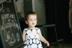 Ένα χαριτωμένο μικρό κοριτσάκι σε ένα όμορφο φόρεμα στοκ εικόνες με δικαίωμα ελεύθερης χρήσης