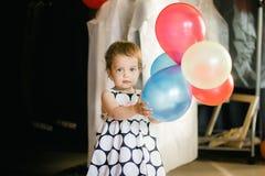 Ένα χαριτωμένο μικρό κοριτσάκι σε ένα όμορφο φόρεμα στοκ εικόνες