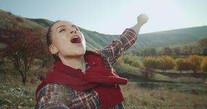 Ένα χαριτωμένο όμορφο κορίτσι που παίρνει selfie το βίντεο σε ένα ταξίδι με τις καταπληκτικές απόψεις Αργές κινήσεις φιλμ μικρού μήκους
