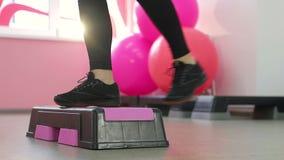 Ένα χαριτωμένο brunette εκτελεί τις ασκήσεις ικανότητας ικανότητας μπροστά από έναν καθρέφτη Αδυνάτισμα στη γυμναστική Υγιής τρόπ φιλμ μικρού μήκους