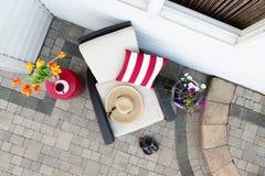 Ένα χαλαρώνοντας σπάσιμο τσαγιού σε ένα βαθύ σύνολο patio διατάξεων θέσεων Στοκ Φωτογραφίες