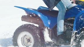 Ένα χειμερινό δάσος στο φως της ημέρας Κρύος καιρός Ένα ενήλικο άτομο που οδηγά ένα μεγάλο όχημα για το χιόνι απόθεμα βίντεο