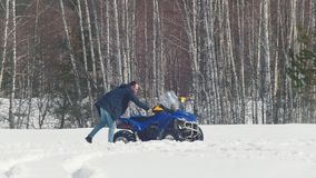 Ένα χειμερινό δασικό Α άτομο προσπαθεί να πάρει το όχημα για το χιόνι από snowdrift φιλμ μικρού μήκους