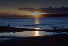 Ένα χειμερινό ηλιοβασίλεμα μια ήρεμη ημέρα στην παραλία Exmouth στο Devon, Αγγλία στοκ εικόνα