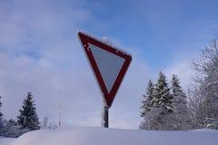 Ένα χιονισμένο οδικό σημάδι ασπίδων στάσεων Στοκ εικόνα με δικαίωμα ελεύθερης χρήσης