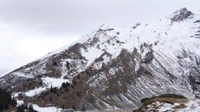 Ένα χιονισμένο τοπίο στα βουνά απόθεμα βίντεο