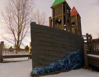 Ένα χιονώδες σκάφος χειμερινών πειρατών σε μια παιδική χαρά στοκ φωτογραφίες με δικαίωμα ελεύθερης χρήσης