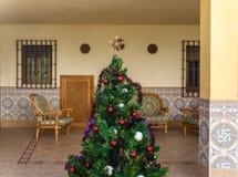 Ένα χριστουγεννιάτικο δέντρο στη μέση του patio Στοκ Εικόνες