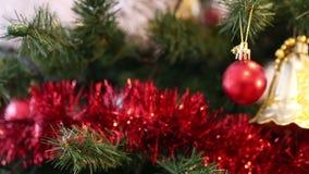 Ένα χριστουγεννιάτικο δέντρο που διακοσμείται με sparkly τα παιχνίδια και τις γιρλάντες χριστουγεννιάτικων δέντρων απόθεμα βίντεο