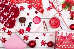 Ένα χριστουγεννιάτικο δώρο σε ένα αγαπημένο κορίτσι - στοιχεία μιας γυναικείας τουαλέτας στοκ εικόνες
