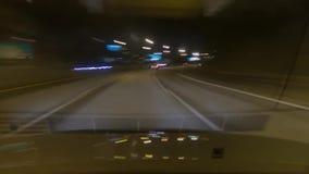 Ένα χρονικό σφάλμα μιας οδήγησης αυτοκινήτων στην εθνική οδό τη νύχτα απόθεμα βίντεο
