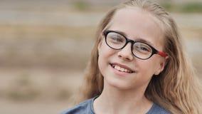 Ένα 10χρονο ξανθό κορίτσι κτενίζεται από μια χτένα απόθεμα βίντεο