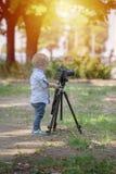 Ένα χρονών αγόρι δύο είναι φωτογράφος στοκ εικόνα