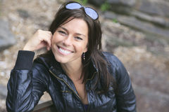Ένα χρονών όμορφο πορτρέτο γυναικών 30 στη φύση στοκ εικόνες με δικαίωμα ελεύθερης χρήσης