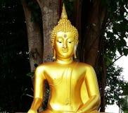Ένα χρυσό άγαλμα του Βούδα στο ναό στοκ φωτογραφίες