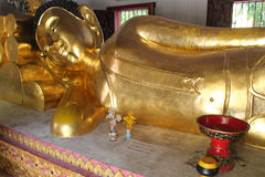 Ένα χρυσό άγαλμα του Βούδα καταλαμβάνει μια από τις αίθουσες ενός ναού (Ταϊλάνδη) Στοκ Εικόνες