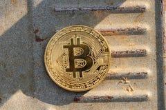 Ένα χρυσό bitcoin, cryptocurrency, στο υπόβαθρο σιδήρου με τα σύγχρονα χρήματα σκουριάς για την ανταλλαγή Διαδικτύου στοκ εικόνες με δικαίωμα ελεύθερης χρήσης