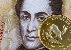 Ένα χρυσό krugerrand ενάντια σε ένα της Βενεζουέλας Bolivares τραπεζογραμμάτιο 100 στοκ φωτογραφίες με δικαίωμα ελεύθερης χρήσης