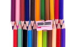 Ένα χρώμα μολυβιών colorfull και sharpner απομονωμένος άνω του άσπρου β στοκ εικόνα