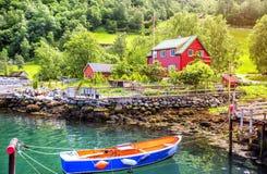 Ένα χωριό στην τράπεζα φιορδ Στοκ φωτογραφία με δικαίωμα ελεύθερης χρήσης