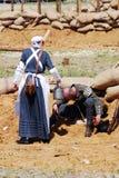 Ένα χύνοντας νερό γυναικών από την κατσαρόλα στο ανθρώπινο κεφάλι Στοκ Φωτογραφία