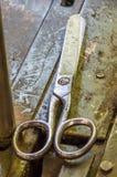 Ένα ψαλίδι παλαιό σε μια κατασκευή ιματισμού Στοκ φωτογραφία με δικαίωμα ελεύθερης χρήσης