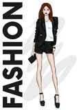 Ένα ψηλό λεπτό κορίτσι στα σορτς, ένα σακάκι και ψηλοτάκουνα παπούτσια με πόδια μακροχρόνιο μοντέ&lam Μόδα, ύφος, ιματισμός και ε απεικόνιση αποθεμάτων