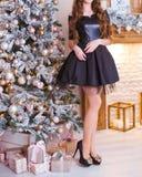 Ένα ψηλό όμορφο κορίτσι σε ένα όμορφο μαύρο φόρεμα στοκ εικόνα