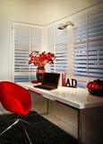 Ένα δωμάτιο μελέτης με το παράθυρο και ένα lap-top που τοποθετείται σε έναν πίνακα Στοκ φωτογραφία με δικαίωμα ελεύθερης χρήσης