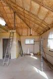 Ένα δωμάτιο σε ένα πρόσφατα κατασκευασμένο σπίτι ψεκάζεται με τον υγρό μονώνοντας αφρό Στοκ φωτογραφίες με δικαίωμα ελεύθερης χρήσης
