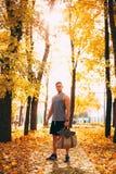 Ένα όμορφο άτομο στέκεται σε ένα πάρκο φθινοπώρου sportswear στοκ φωτογραφίες με δικαίωμα ελεύθερης χρήσης