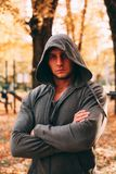 Ένα όμορφο άτομο στέκεται σε ένα πάρκο φθινοπώρου sportswear στοκ εικόνες με δικαίωμα ελεύθερης χρήσης